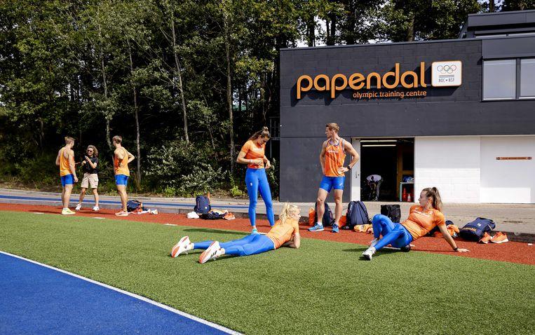 Atleten tijdens een training van de Olympische atletiekploeg op Sportcentrum Papendal. Ze bereiden zich voor op de Olympische Spelen in Tokio. Beeld Robin van Lonkhuijsen / ANP