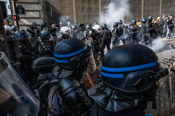 Zeker 160 demonstranten zijn aangehouden tijdens Gele Hesjes protesten in de Franse hoofdstad. Traangas werd regelmatig gebruikt.