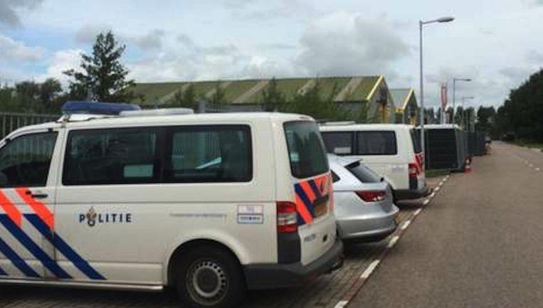 Politie voor het pand in het Westelijk Havengebied, tijdens de inval begin deze maand Beeld Paul Vugts