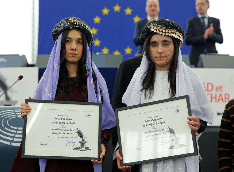 Nadia Murad en lotgenote Lamiya Aji kregen de mensenrechtenprijs van het Europees Parlement. Beeld REUTERS