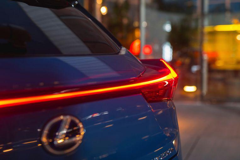 120 ledlampjes zorgen voor een fraai signatuur achter op de Lexus UX250h Beeld nvt
