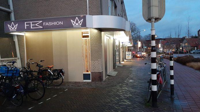 De ramen van deze winkel op de hoek van de Raadhuisstraat zijn dichtgetimmerd.