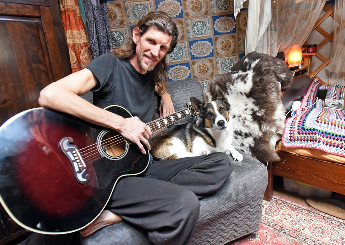 Singer-songwriter Eddy Modde schreef zelf ook een nummer over straathonden.
