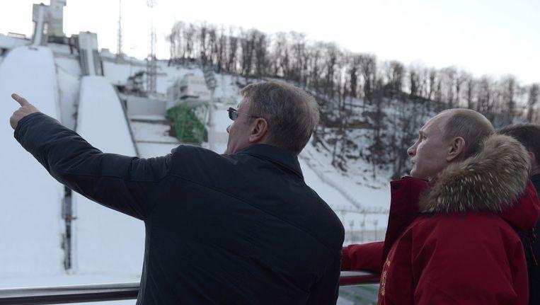 De Russische president Vladimir Poetin (R) bezocht gisteren de skihellingen van Sotjsi. Beeld REUTERS