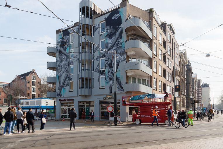 """De muurschildering trekt bekijks: """"Kijk nou hoe prachtig!"""" Beeld Nina Schollaardt"""
