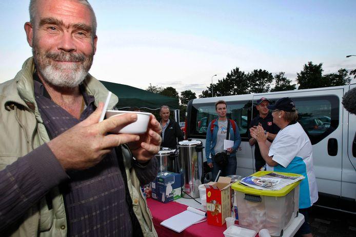Enkele daklozen genieten van een kop warme soep (archieffoto).