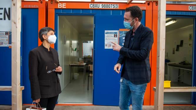 "Gouverneur Cathy Berx bezoekt AZ Sint-Jozef Malle: ""COVID-afdeling ligt al enkele dagen zo goed als vol"""