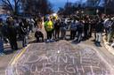 Mensen kwamen samen op de plaats waar de 20-jarige Daunte Wright werd doodgeschoten door een agente.