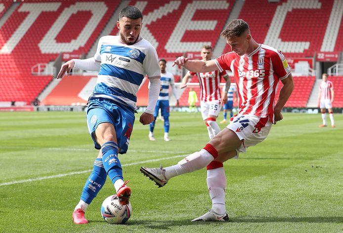 Ilias Chair (l.) in duel met Jordan Thompson van Stoke City.
