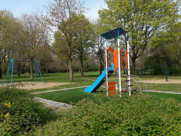 Het Annapark met speeltoestellen.