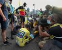 Van Aert na de finish bij een gedesillusioneerde Roglic.