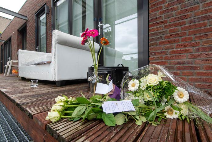 Bloemen bij de woning van Mo en Yosra aan de Reinaldstraat in Arnhem na de gewelddadige dood van de Arnhemse in juli vorig jaar.