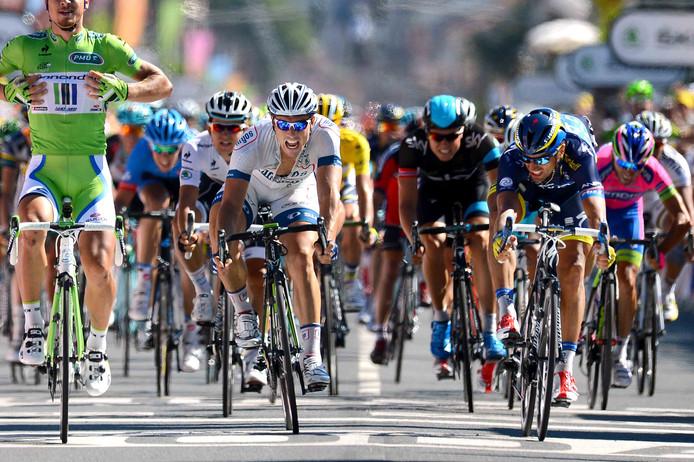 Sagan (groen) wint in de Tour 2013. Kwiatkowski (achtergrond, wit) moet genoegen nemen met de vierde plaats.