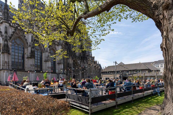 De gemeente Den Bosch constateert dat sommige terrasbezoekers zich niet houden aan de coronaregels. Op de foto het terras in de tuin van de Sint-Jan. Hiermee is niet gezegd dat de gemeente vindt dat het daar niet in orde is.