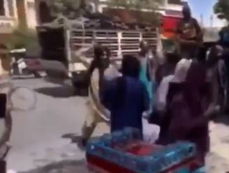 Taliban slaan protesterende vrouwen met stokken van de straat