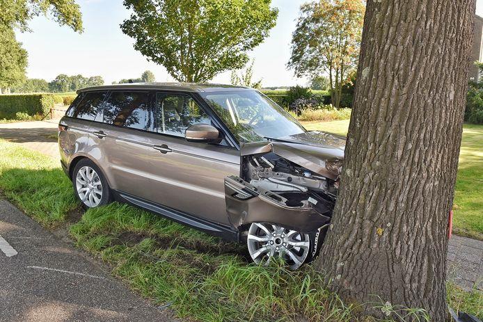 Range Rover botst tegen boom in Oisterwijk.