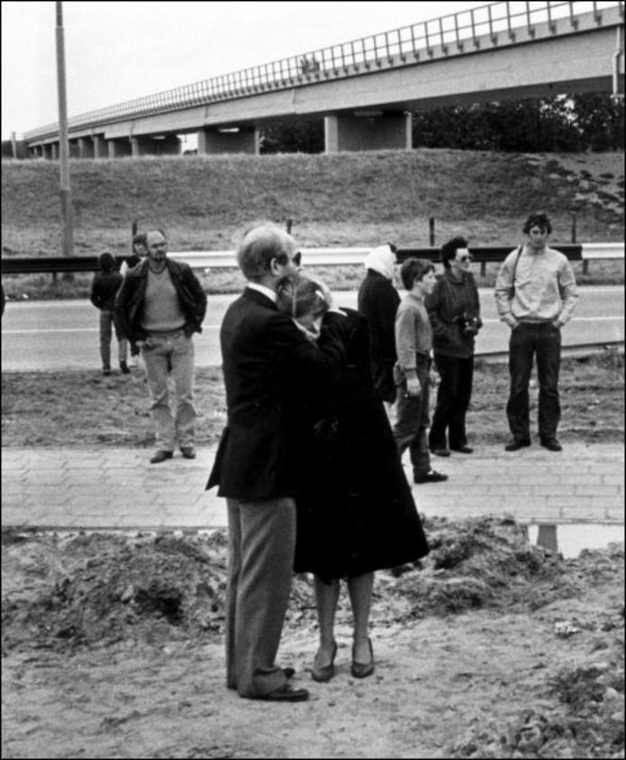 De weduwe van het Amerikaanse slachtoffer wordt getroost als zij de rampplek bezoekt. Geheel rechts staat Bert Eestermans. FOTO LUC PEEK