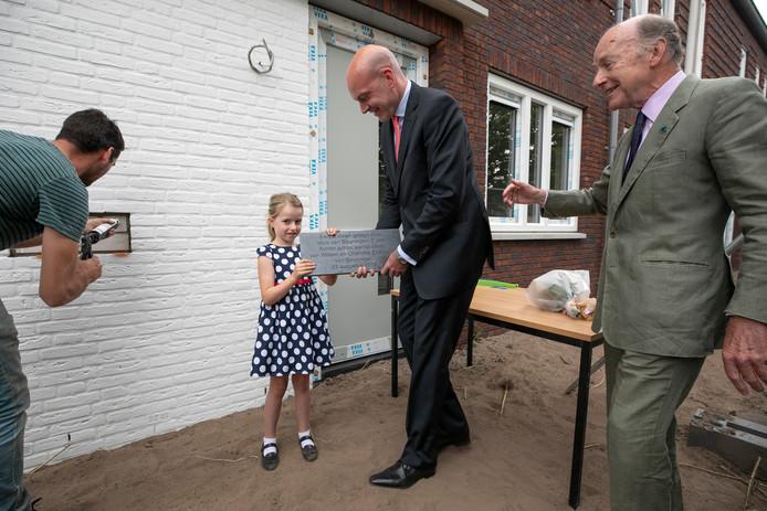 Miek van Beuningen plaatste in het bijzijn van vader Eve en grootvader Charles vorig jaar symbolisch de eerste steen van twintig sociale huurwoningen aan de Molenstraat-Brabantlaan in Vught.