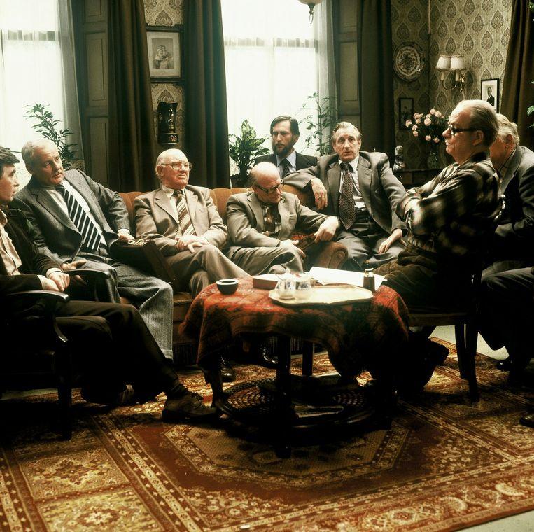 Scène uit de fabriek met links op de bank Rudi Falkenhagen als fabrieksdirecteur.  Beeld ANP Kippa