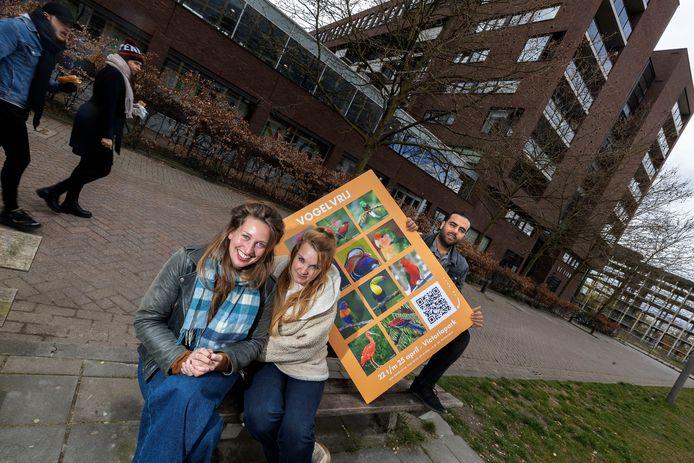 Theatermaaksters Luka Kooijmans en Michèle Rijzewijk en Hassan in het Victoriapark in Eindhoven