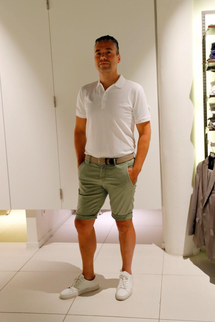 Voor wie echt naar het werk wil in een korte broek: zo kan het wat modezaak Wildenberg/Ynformal betreft ook. Medewerker Dave draagt zijn polo dan wel in de broek om de riem te laten zien. Daaronder witte sneakers, al kunnen suède loafers ook.