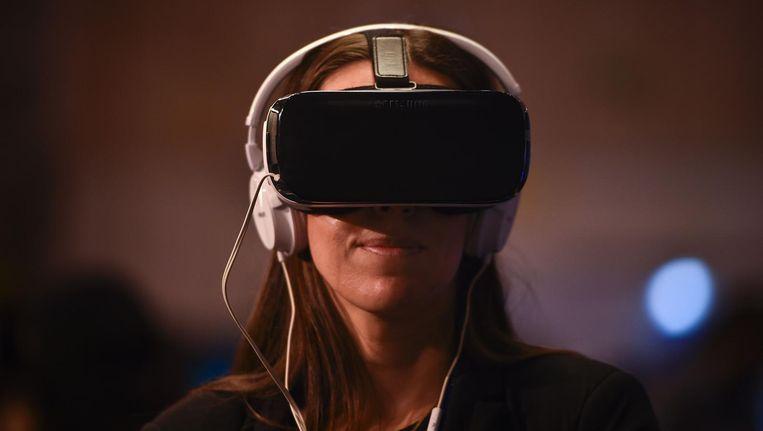 Wie een VR-film wil bekijken, moet een speciale bril op. De kijker krijgt vervolgens in de volle 360 graden een gesimuleerde wereld te zien die levensecht oogt. Beeld afp