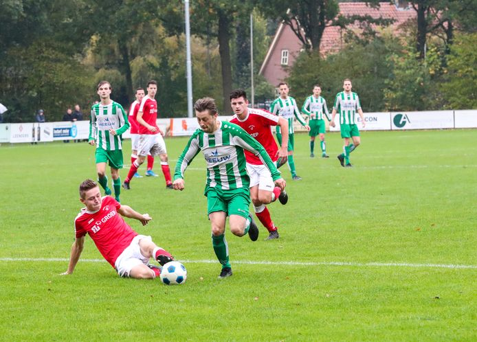 Max van Kollenburg (rechts) in oktober 2019 in actie voor Oirschot Vooruit tegen Beerse Boys.