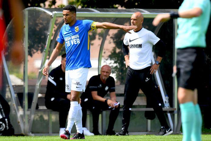 Danilho Doekhi, aanvoerder bij Vitesse, met coach Thomas Letsch op de achtergrond in het duel met Nordsjaelland.