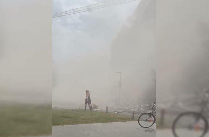 Stofwolken net na de instorting.