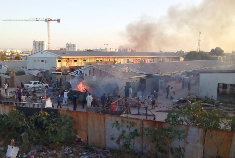 Zondag werd een vluchtelingenkamp in Tripoli getroffen door een granaat. De stad wordt geteisterd door rivaliserende milities. Beeld REUTERS