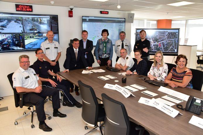 De burgemeesters van Roeselare, Izegem en Hooglede in de nieuwe coördinatie- en crisiscel, samen met vertegenwoordigers van politie, brandweer, psycho-sociale zorg en noodplanning.