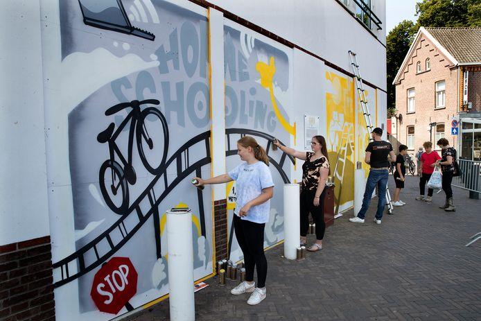 Jongeren aan de slag met hun kunstwerk.