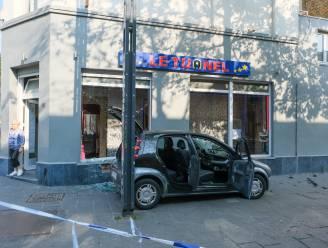 Politieachtervolging eindigt in botsing tegen carrés in Aarschotstraat