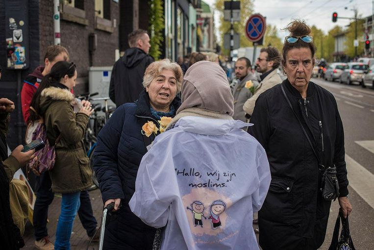 Vijftien jonge Turks-Nederlandse vrouwen delen rozen uit. Beeld Maarten Brante