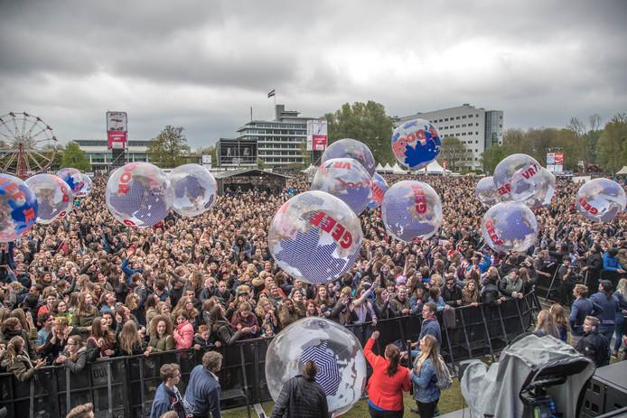 """Bevrijdingsfestival Overijssel 2017. Het vijf voor vijf voor vrijheid moment met als gastspreker Oud Premier van Agt en het verspreiden van grote """"vrijheid""""wereldbollen"""