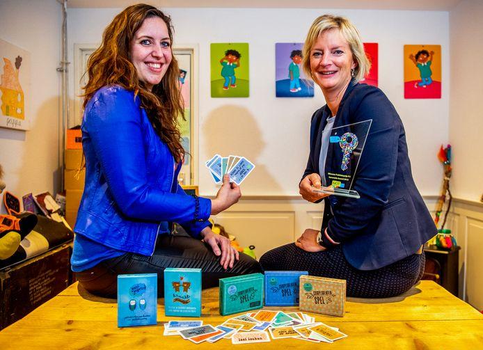 Manon Ende uit Haastrecht (l) en haar compagnon Daphne Hoogendoorn hebben met het Complimentenspel de publieksprijs Innovatie Award Primair Onderwijs bij de Nationale Onderwijstentoonstelling gewonnen.