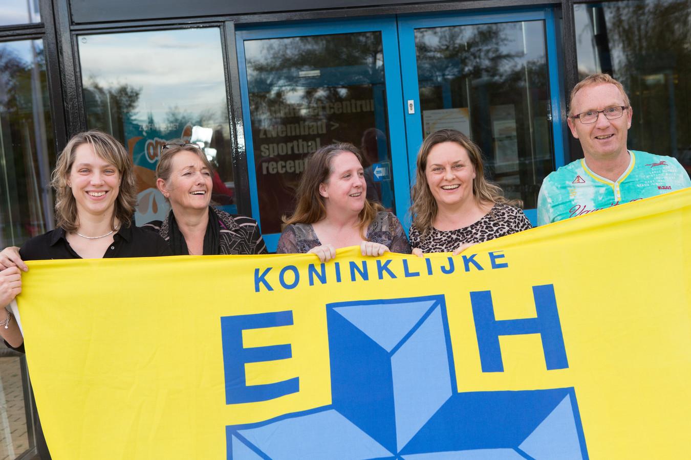 Jannie Nijhoff, Anita Vulkers, Ingrid Helbers, Janneke Bruins en Gerrit Stokvisch (VLNR) zoeken een nieuwe voorzitter voor EHBO Ommen  editie Vechtdal  foto Max de Krijger 2019126