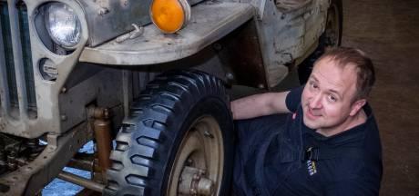 Leraar Frank sleutelt nadat het noodlot hem trof aan een Willys Jeep