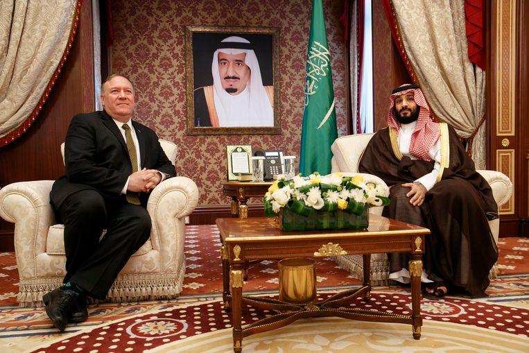 Onder het toeziend oog van de Saudische koning Salman ontmoeten Mike Pompeo en kroonprins Bin Salman elkaar.  Beeld AFP