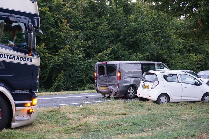 Toen het ongeval bij de personenauto's al had plaatsgevonden, kon een vrachtwagen (links) ternauwernood uitwijken.
