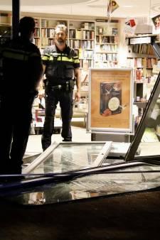 Tweetal rijdt boekhandel 'binnen': politie vindt het een bijzondere locatie voor ramkraak