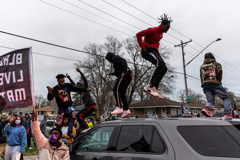 Demonstranten uiten hun woede, nadat in Minneapolis een zwarte man is doodgeschoten door de politie.   Beeld AFP