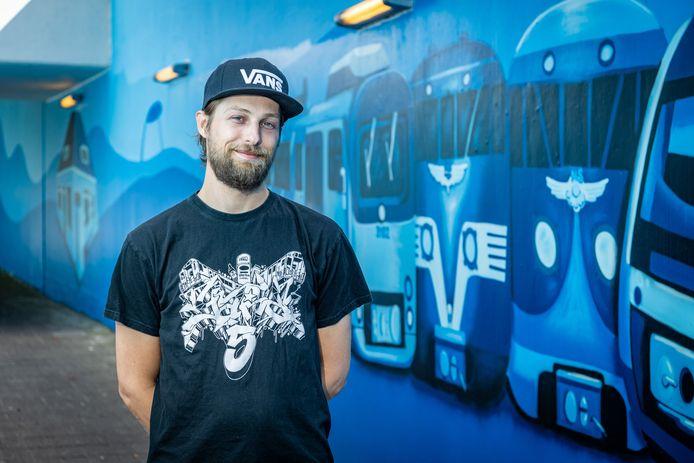 Alwin Koers, graffiti artiest (Perfect Paintings) uit Vriezenveen, heeft de tunnel bij station Vroomshoop verfraaid.