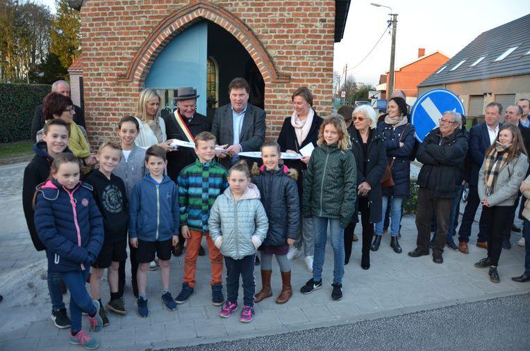 Het stadsbestuur nodigde de plaatselijke jeugd uit om de straat samen officieel te openen.