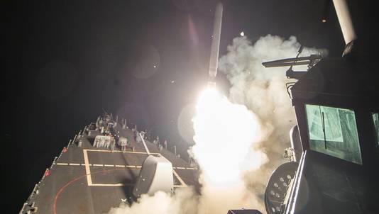 Een foto van de Amerikaanse marine waarop te zien zou zijn hoe een raket naar Syrië wordt afgevuurd vanaf een marineschip op de Middellandse Zee.
