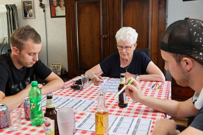 Toos Hollestelle met haar kleinzonen Jamie (links) en Rick van Kooten, samen aan de thuisbingo.