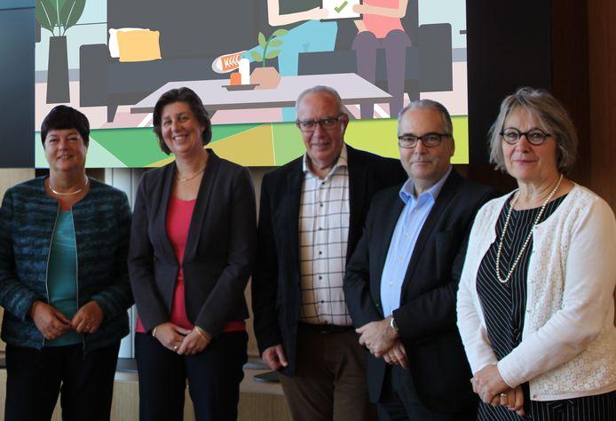 De vijf wethouders die in het algemeen bestuur van GR De Bevelanden zitten: Anja Slenter (Noord-Beveland), Annebeth Evertz (Kapelle), Dirk Verburg (Reimerswaal), André van der Reest (Goes) en Marga van de Plasse (Borsele).
