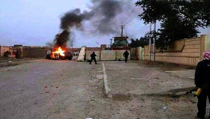 Een uitbrandende auto in Mosul