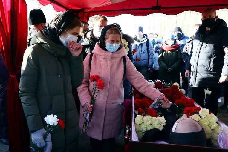 Mensen nemen afscheid van Roman Bondarenko, een demonstrant die na hardhandig optreden van de politie afgelopen vrijdag stierf aan zijn verwondingen, in de Wit-Russische hoofdstad Minsk.  Beeld AP