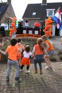 De rijdende discomobiel van het Oranje Comité Hoeven op het  Merckensblok.